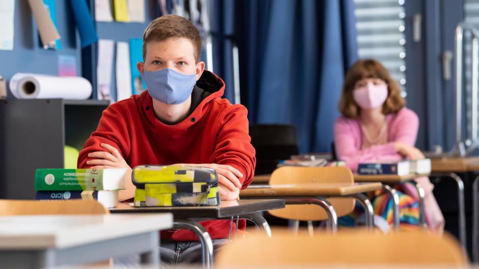 Aufgrund des Infektionsgeschehens in Augsburg sollen die Klassen der weiterführenden Schulen nach den Allerheiligenferien geteilt werden.