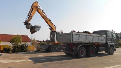 Am westlichen Ortsrand von Pöttmes waren bereits am Montag die Bauarbeiter eifrig am Werk. Sie bereiteten den Ausbau der Staatsstraße 2045 zwischen Pöttmes und Kühnhausen vor.