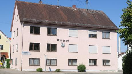 Das Rathaus der Gemeinde Todtenweis ist in die Jahre gekommen und entspricht nicht mehr dem Stand der Technik. Nun wird über einen Neubau diskutiert.