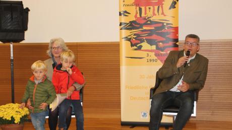 Beim ersten Sesseltalk im Pöttmeser Rathaus erfuhren knapp zwanzig Zuhörer, wie der aus Dresden stammende Bürgermeister Mirko Ketz die deutsche Einheit schätzt und einschätzt. Kulturreferentin Ludwiga Baronin Herman (im Bild links mit ihren zwei Enkeln) hatte die Fragen vorbereitet.