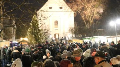 Dicht gedrängt und oft fast kein Durchkommen mehr: So erlebte man fast jährlich den Rehlinger Advent am Rathausplatz, Das wird es heuer nicht geben.