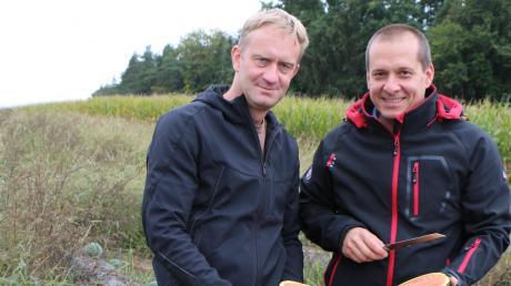 Immer wieder probieren Michael Heilgemeir (rechts im Bild) und Jakob Haberl (links) ihre Melonen gerne direkt auf dem Feld. Süß und saftig sollen sie schmecken.