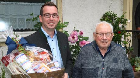 Seinen 85. Geburtstag feierte Rehlings Altbürgermeister Fritz Höß. Natürlich gratulierte auch sein Nach-Nach-Nachfolger Christoph Aidelsburger.  Bild: Josef Abt