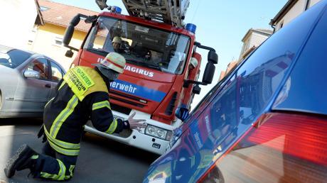 Freie Fahrt für Rettungswagen oder Löschzüge der Feuerwehr ist nicht immer selbstverständlich. Rücksichtslos geparkte Fahrzeuge erschweren die Einsätze.