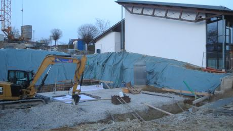 Die Aushubarbeiten für den neuen viergruppigen Kindergarten in Adelzhausen laufen. In der Sitzung vergab der Gemeinderat weitere Aufträge.
