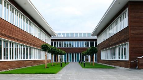 Das Gymnasium in Buchloe wurde 2013 fertig. Ein Unternehmen war und ist in einer öffentlich-privaten Partnerschaft (ÖPP) für Planung, Bau und jetzt für den Betrieb des Gebäudes im Passivhausstandard für 20 Jahre zuständig. Der Landkreis Ostallgäu weiß seit neun Jahren, was das insgesamt alles kostet: rund 33 Millionen Euro bis ins Jahr 2033.
