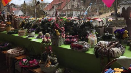 Bunte Basteleien, ein Blumenmeer, Luftballons und viel zu essen gab es beim Basar der Hilfe für Kinder aus Tschernobyl. Er fand im Freien auf der Terrasse der Familie Bentele in Aindling statt.
