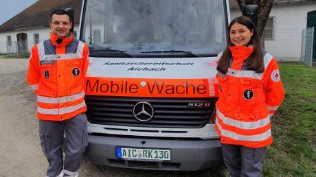 Die Mitglieder des BRK-Bereitschaftsdienstes in Aichach wählten Luca Mares (links) zu ihrem ersten Bereitschaftsleiter. An seiner Seite steht Franziska Peter (rechts).