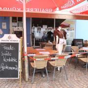 Das Café Dahoam an der Steubstraße in Aichach macht seit kurzem mit einer  Aktion auf die schwierige Lage der Gastronomen in der Corona-Pandemie aufmerksam. Ab Anfang kommender Woche darf die Außengastronomie wieder öffnen. Unklar ist noch, ab welchem Tag das möglich ist.