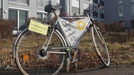 """Zum Wahlkampfthema machten die Grünen im vergangenen Jahr den Radverkehr in Aichach. Mit """"sprechenden Rädern"""" wiesen sie auf Missstände hin. Zum Beispiel hier am Bahnhof. Dort müssen Radler, die von der Innenstadt kommen und links abbiegen wollen, in der starken Rechtskurve gut aufpassen."""