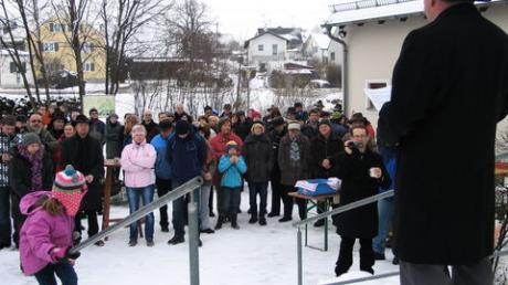 Vor dem Bürgerhaus in Adelzhausen hielt Bürgermeister Lorenz Braun seine dritte Neujahrsansprache. Foto: Karl Stöckner