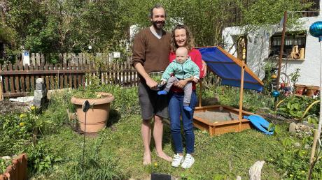 Michael Green mit seiner Frau Melly und Söhnchen Alan im naturnahen Garten in Raisting. Dort und auf dem Sonnenacker im Ort baut er Gemüse für die dreiköpfige Familie an.