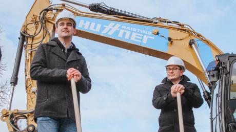 Kaufmännischer Vorstand des Kommunalunternehmens Utting wird Florian Zarbo (rechts) bleiben. Aber Bürgermeister Florian Hoffmann muss sich einen neuen Geschäftsstellenleiter und Kämmerer suchen.