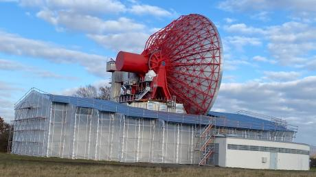 Noch ist der Sockel des Radoms eingerüstet und die Antenne schutzlos dem Wetter ausgeliefert. Doch im Juli soll das Industriedenkmal eine neue Hülle bekommen.