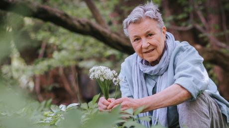 Renate Blaes liebt es, mit Zutaten zu kochen, die sie in der freien Natur findet. Fichtenspitzen oder Bucheckern-Keimlinge finden den Weg in ihre Küche.