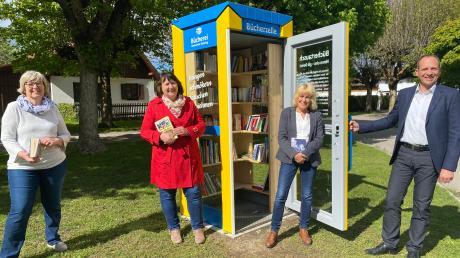 Bürgermeister Martin Höck, Büchereileiterin Ellen Rainer-Hain sowie die beiden Mitarbeiterinnen Katharina Riha-Salomo und Thusnelda Kist (von rechts) gaben dieser Tage den Startschuss für die Tauschbörse in der Minibücherei.