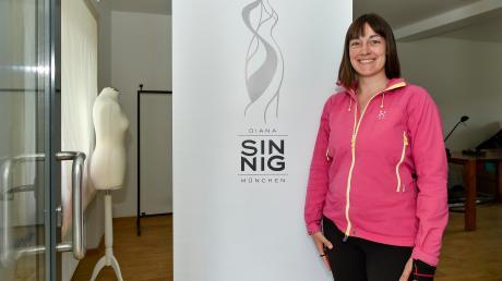 Diana Sinnig macht ein Geschäft mit Dirndl im Huber-Haus in der Mühlstraße in Dießen auf.
