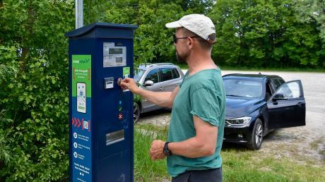 Seit einigen Wochen kostet das Parken am Ammersee in Dießen. Unser Foto zeigt Tagestourist Tobias Kast.