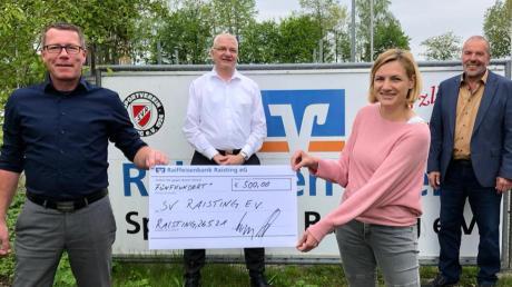 Christian Müllner, Stefan Lodisch, Regina Hibler und Remigius Happach (von links) bei der Spendenübergabe der Raiffeisenbank Raisting an den SV Raisting.
