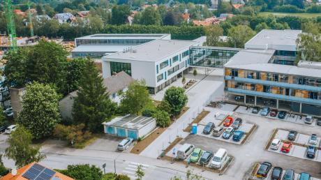 So sieht die Wolfgang-Kubelka-Realschule in Schondorf von oben aus.