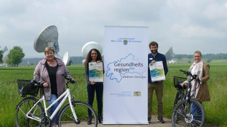 Zur Vorstellung des Stadtradelns kamen (von links) Andrea Jochner-Weiß, Naomi Watzlawik-Hammer, Benedikt Wiedemann und Veronika Schellhorn zur Erdfunkstelle nach Raisting.