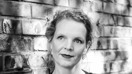 Annette Rießner ist Gastgeberin beim Hauskonzert in der ehemaligen Wohnstätte des Künstlers Rudolph Schoeller in Dießen.