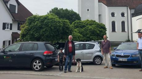 Uttings Bürgermeister Florian Hoffmann (rechts) und Kirchenpfleger Gerhard Deininger (links) freuen sich mit Gründungsmitglied Tilman Bünte (Mitte) vom CarSharing Utting e.V. über die Erweiterung des Carsharing-Angebots.