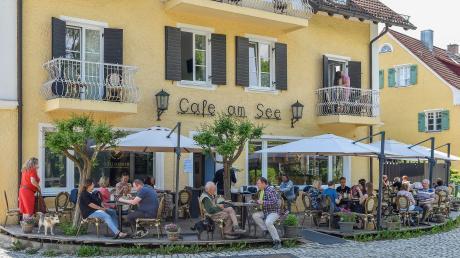 """Das Leben kehrt zurück in den Gaststätten am Ammersee. In der """"Goldammer"""" (Café Sixt) genießen die Gäste das sonnige Plätzchen."""