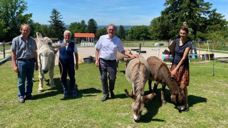 Gerhard Gregori und Anahid Klotz von der Pähler Eselfarm hatten hohen Besuch von den Landtagsabgeordneten Berthold Rüth (CSU) und Anne Franke (Grüne).