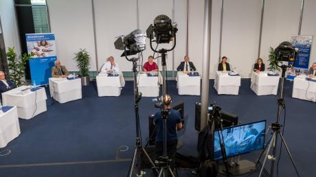 """Zur Pressekonferenz, bei der der """"Brückenschlag"""" vorgestellt wurde, waren aus Weilheim Dr. Karl Breu (links), Professor Andreas Knez (Zweiter von links), Landrätin Andrea Jochner-Weiß (Vierte von links) und Krankenhaus-Geschäftsführer Thomas Lippmann (rechts) nach München gekommen."""