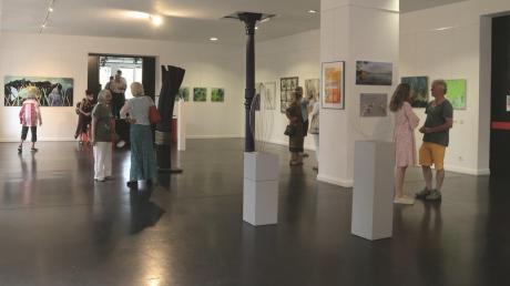 Derzeit besteht noch einmal Gelegenheit, die Kunstwerke der Mitglieder des Künstlerstammtisches in Raisting zu betrachten. Sie sind im Blauen Haus in Dießen ausgestellt.