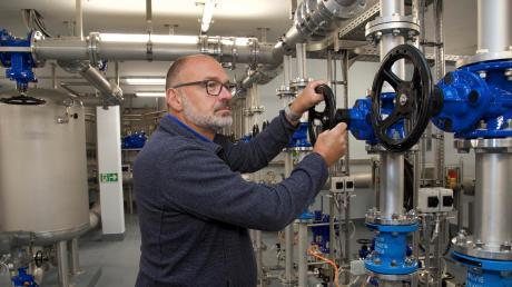 Roland Haberl ist der Schondorfer Wassermeister, der sich im und am neuen Hochbehälter in Schondorf bestens auskennt.