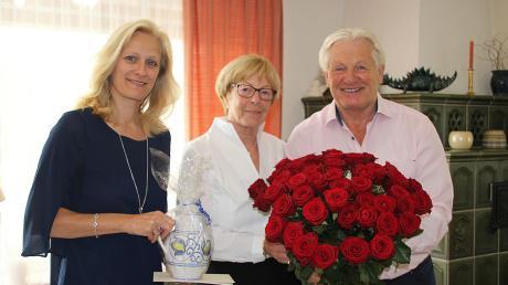 Glückwünsche, einen guten Tropfen und feine Keramik aus der Werkstatt Lösche überbrachte Bürgermeisterin Sandra Perzul (links) den Eheleuten Heidrun und Peter Fastl zur Goldenen Hochzeit.