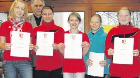 Zu den erfolgreichen Nachwuchssportlern gehören auch die Tennismädels des SSV Anhausen, denen Bürgermeister Otto Völk zum Erfolg gratuliert.