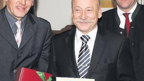 Stephan Seidel (Mitte) ist seit zehn Jahren Schriftführer bei der CSU Bonstetten, außerdem seit 35 Jahren Parteimitglied. Dazu gratulierten Vorsitzender Anton Gleich (links) und Kreisvorsitzender Martin Sailer.