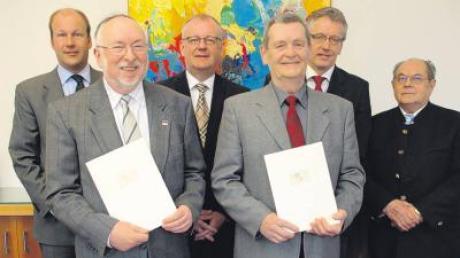 Auszeichnung fürs Ehrenamt (von links): Landrat Martin Sailer, Burghard Hlauschek, Bürgermeister von Gersthofen Jürgen Schantin, Erwin Britzlmair, Bürgermeister von Bonstetten Anton Gleich und Alt-Bürgermeister von Bonstetten Hubert Huber.