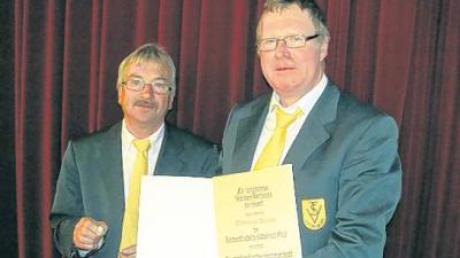 Mit der Verdienstnadel des BLSV in Silber mit Gold wurde Thomas Haase (rechts) von Helmut Stürzenhofecker ausgezeichnet.