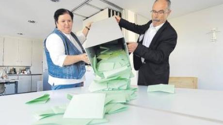 Gegner und Befürworter legten gemeinsam Hand bei der Zählung an: Die beiden Gemeinderäte Annemarie Sauter und Albert Eding leerten die Urne aus.