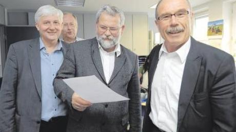 Skeptischer Blick bei Bürgermeister Karl Hörmann (Zweiter von rechts). Erfreut zeigten sich die Gemeinderäte Josef Wetzstein, Johannes Slomka und Dr. Albert Eding (von links) über den Ausgang des Bürgerbegehrens.