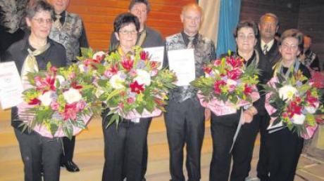 Sie singen bereits seit 40 Jahren mit: (von links) Evi Ruisinger, Vorstand Josef Winter, Gisela Schmid, Elisabeth Schütz, Richard Fuhrer, Regina Schrettle, Reiner Pfaffendorf, Vorsitzender des Sängerkreises Unterer Lech, und Karolina Braun.