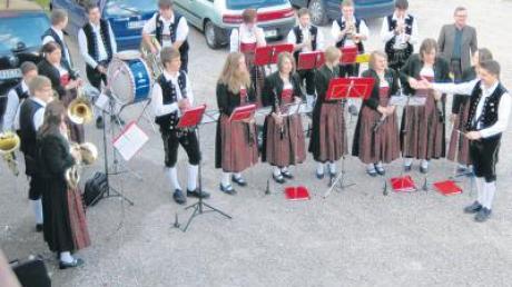 Dirigent Alexander Krumm (vorne rechts) gibt den Ton an bei der Jugendkapelle Baar im zehnten Jahr ihres Bestehens.