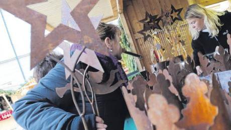 Metallkunst war auf dem Weihnachtsmarkt in Kloster Holzen ebenso zu finden wie unter anderem auch selbst gemachter Schmuck vom Arbeitskreis Mission Ugandahilfe.