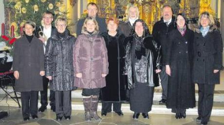 Die Gesangsklasse von Sieglinde Damisch-Kunsterer (Bildmitte) erfreute die Zuhörer in der Kirche vom Kloster Holzen.