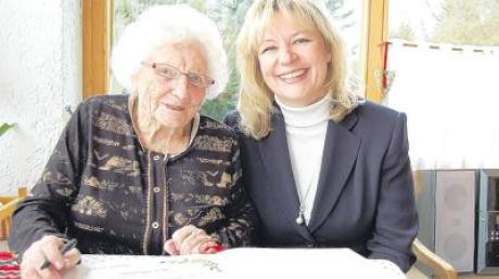 Ins Goldene Buch der Gemeinde Kutzenhausen trug sich Luise Freudenstein anlässlich ihres 100. Geburtstags ein. Bürgermeisterin Silvia Kugelmann überbrachte die Glückwünsche der Gemeinde.