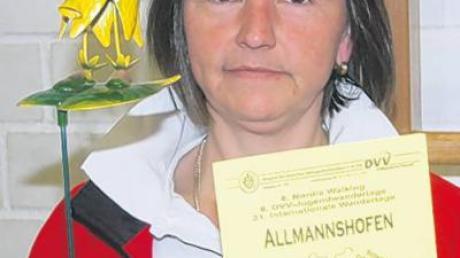 Anneliese Gerstmayer präsentiert den kleinen Wandergesellen, den die Teilnehmer am Wandertag erhalten.
