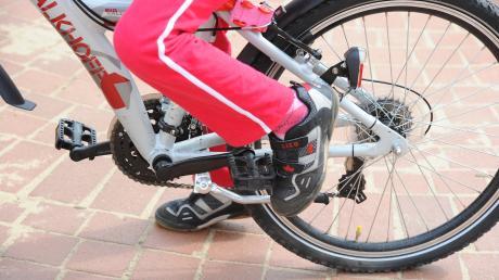 Ein 64-jähriger Mann hat eine neunjährige Radlerin in Tussenhausen angefahren (Symbolbild).
