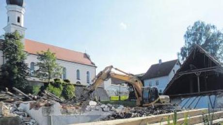 Die Raiffeisenbank und das Raiffeisen-Lagerhaus in der Ortsmitte von Allmannshofen wurden abgerissen. Im September rollen die Bagger erneut an, um einen Kindergarten und eine Mehrzweckhalle zu bauen.