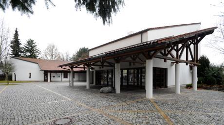 Der Eingang zum neuen Teil des Gersthofer Friedhofs. Im alten Teil sollen im kommenden Jahr die Wege erneuert werden.