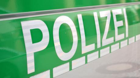 Ein 14-Jähriger fuhr am Freitagabend mit dem Auto seiner Mutter gegen einen Baum am Kuhseeparkplatz.