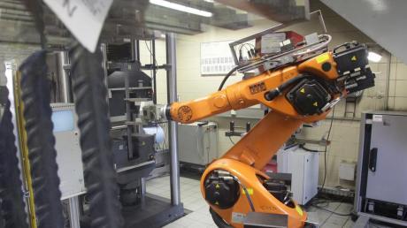 Ein Kuka-Roboter bei der Arbeit.